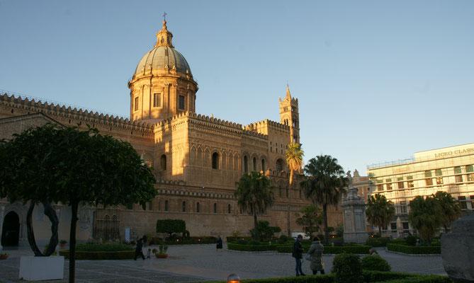 Die Kathedrale von Palermo auch hier sind die Autos fast gänzlich verbannt