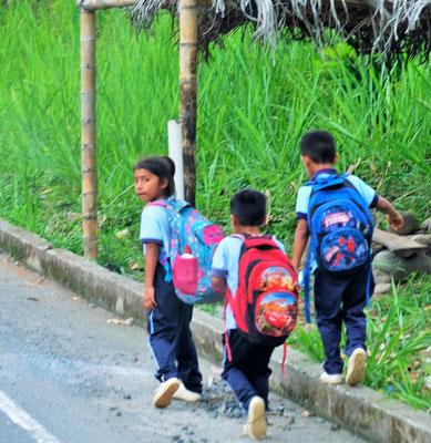 Auch hier wie überall in den Dörfern sehr viele Kinder.