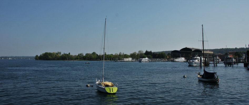 Dort hinter den Schiffen im Grünen steht unser Camper