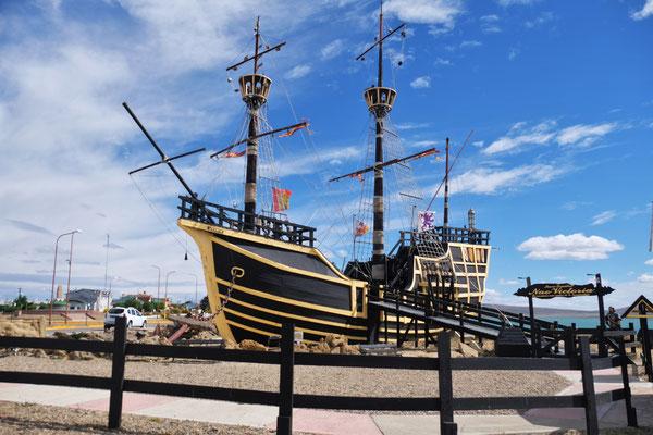 Victoria. Eine Nachbildung von Magellans Flaggschiff, der hier überwinterte