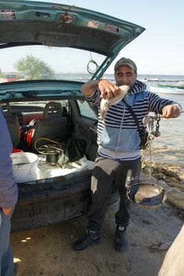 Der Fischer zeigt mir in der Frühe, gerne seinen Fang, den er an Ort und Stelle verkauft.