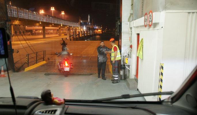 Und im Dunkeln kommen wir in Algeciras an