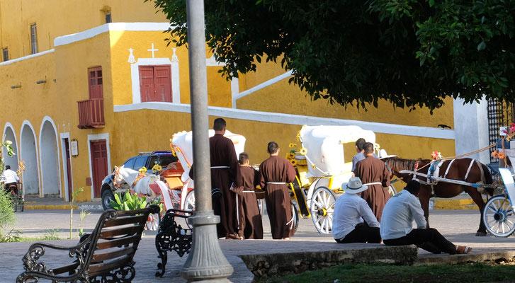 Die Mönche unterwegs zum Gebet