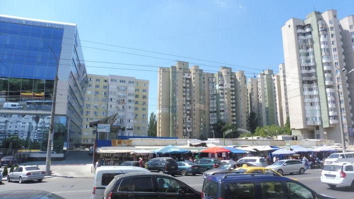 Neben Glaspalästen, alte Hochhäuser und Märkte unter Planen