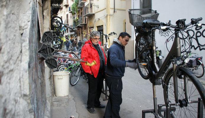 In der via Diviso wird meinem Fahrrad geholfen