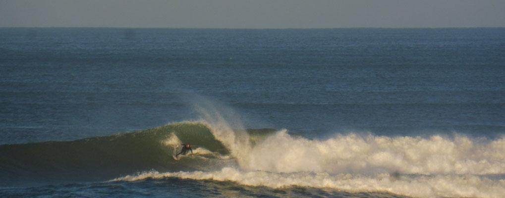 Die Surfer sind bereits am Morgen wieder im Wasser