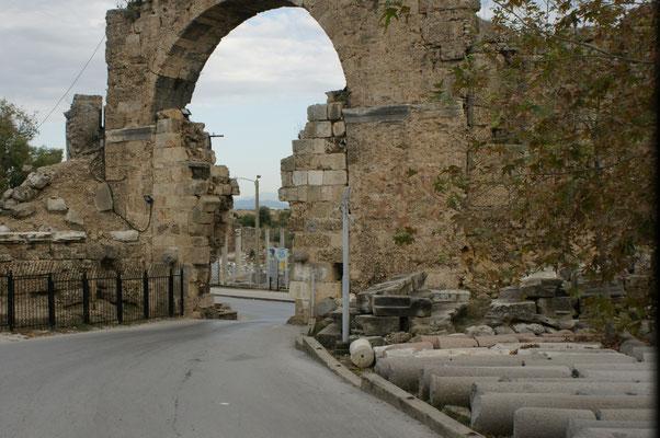 Nadelöhreingang zur Antiken Stadt. Das Siegestor. Da müssen wir durch mit dem Womo