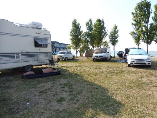 Auf dem ersten Camping seit vier Wochen auf dem Damm neben Zatoka. Alois ruht sich aus am Schatten