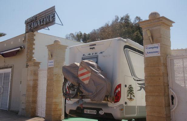 Wir bekommen Einlass auf den Camping in  Saidia