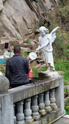 Geheiligtes Wasser lässt der Engel in die Behältnisse fliessen