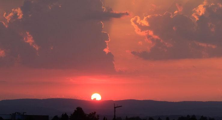 Die Sonne verabschiedet sich, ganz in Rot