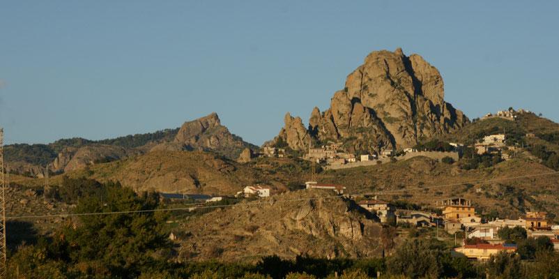 Die Berge links von uns, im riesigen Naturpark, sind zum Teil sehr bizarr und immer interessant anzusehen.