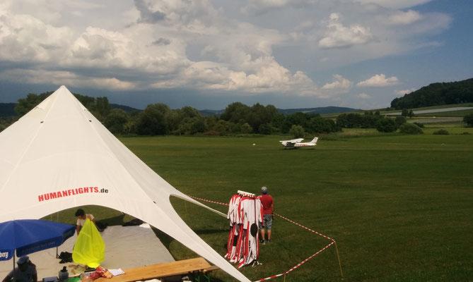 Die bringen die Fallschirmspringer in die Höhe