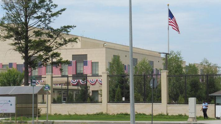Die amerikanische Botschaft Rumäniens, zwischen Campingplatz und Einkaufscentrum, immer noch geschmückt