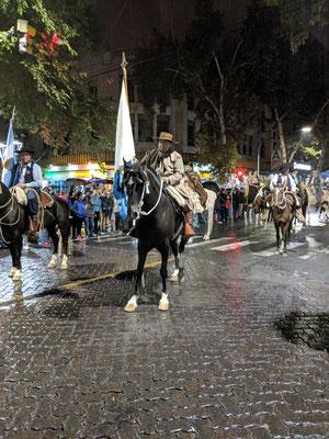 Die Reiter eröffnen die Parade,.....