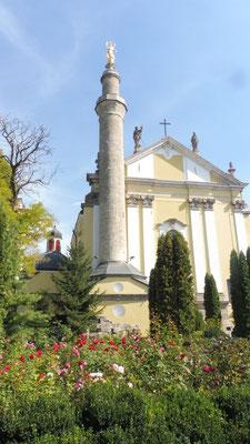 Die Kathedrale wurde zeitweilig in eine Moschee umgewandelt, deshalb das Minarett. 1756 wurde kurzerhand eine Maria darauf gesetzt. Sehr pragmatisch und sympathisch.