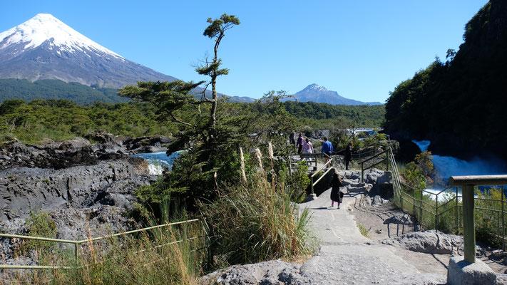Im Nationalpark Vincenze Perez Rosales, bei den Wasserfällen. Im Hintergrund der Vulkan Osorno