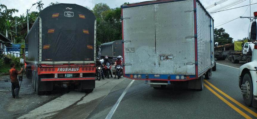 Manche Lastwagen parken einfach auf der Fahrbahn, was zusätzliche Staus verursacht.