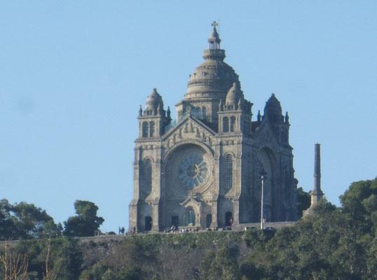 Hoch über der Stadt das Wahrzeichen von Viano do Castelo