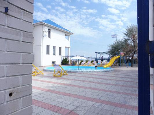 Schöne kleine Hotels zuvorderst auf der Landzunge in Kurortne/ Ukraine