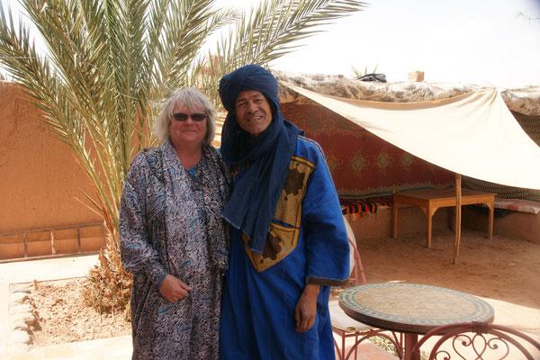 Dem Marokko- Schweizer fällt unser Nummernschild auf, als wir auf dem Weg nach Zagora, bei Kaffee und Kuchen sitzen