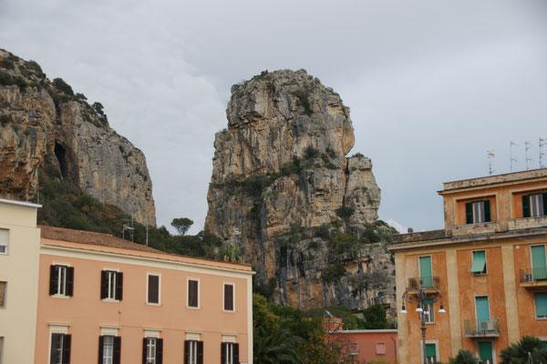 Der eindrückliche Fels von Terracina