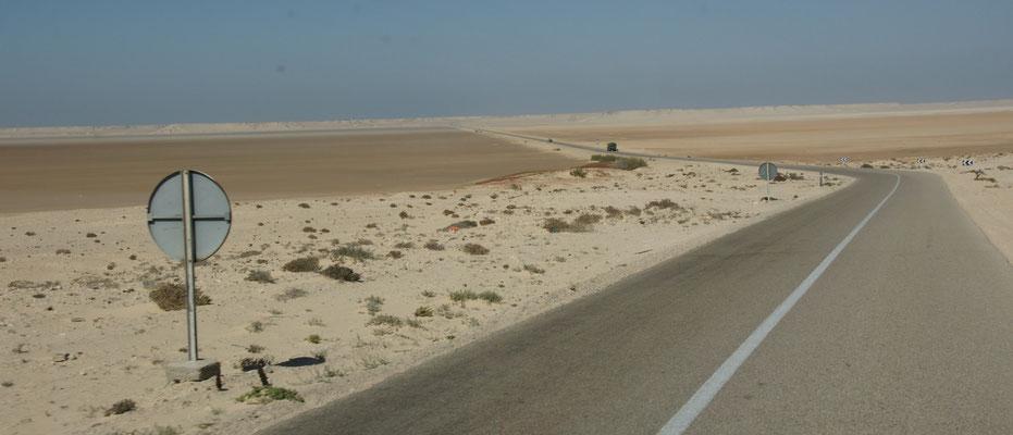 Die Strasse auf die Halbinsel Dakhla