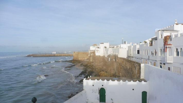 Blick entlang der Stadtmauer von Asilah