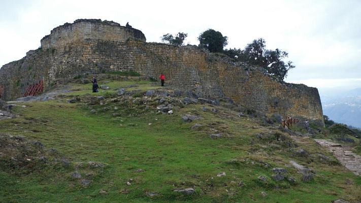Eine 20 m hohe Mauern umgibt die ganze Festung
