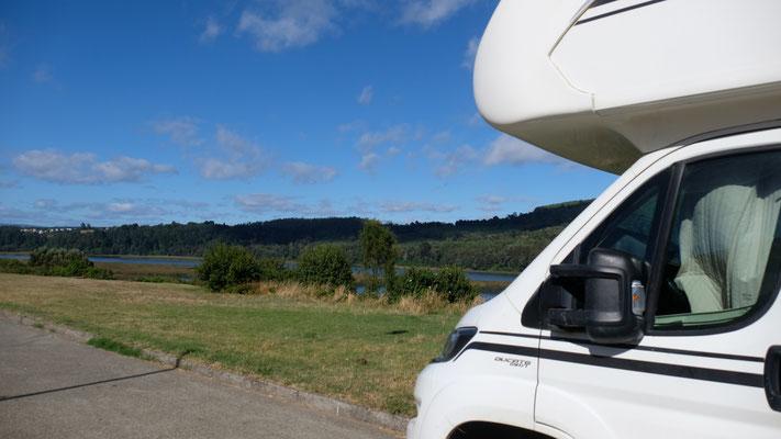 Wir stehen schlussendlich schön in einem der Villenviertel von Valdivia am Fluss