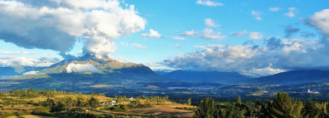 Blick übers Tal auf den Cerro Imbabaru von unserm Schlafplatz aus.