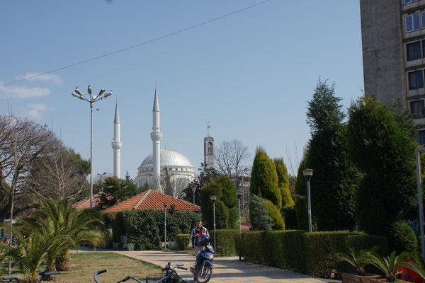 Moschee und Kirche friedlich nebeneinander