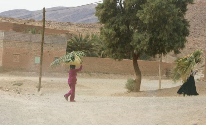 Im Draatal tragen die Frauen die Lasten auf dem Kopf