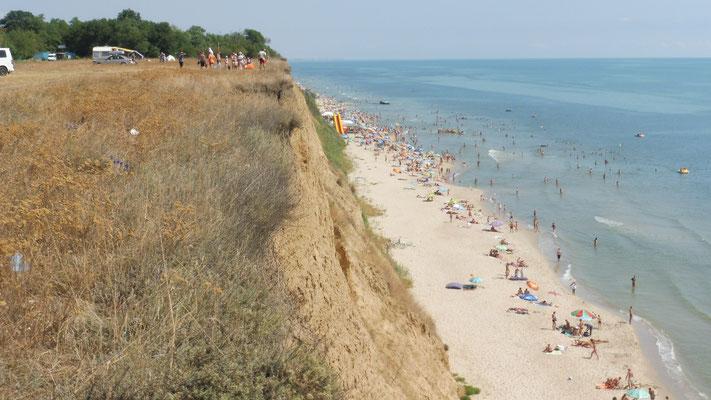 Unerhalb gibt es einen langen Strand.