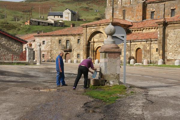 Der Senor erklärt mir, dass das heiliges Maria Wasser ist. Für mich ist es einfach sehr frisch und kalt.