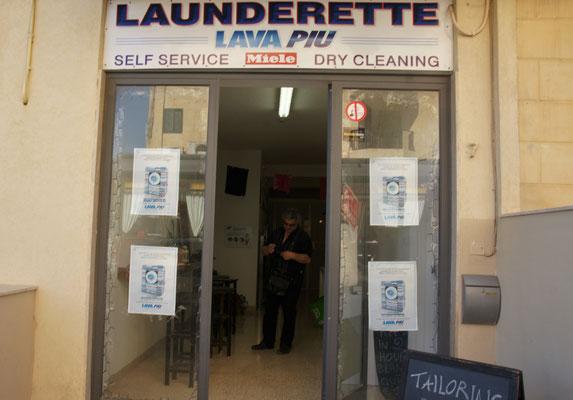 Die Wäsche ist wieder sauber. Self Laundery in Buggiba