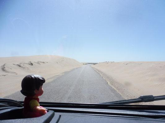 Sand links und rechts der Strasse