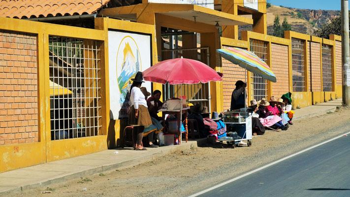 Sie warten wohl auf ihre Kinder, die aus der Schule kommen und sie verstopfen nicht die Strasse