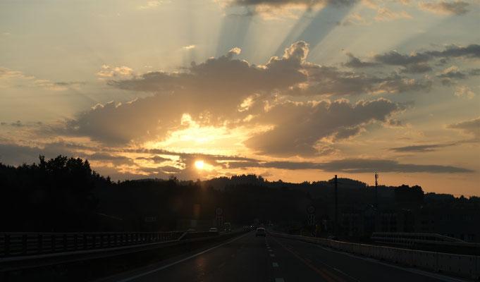 Die Sonne geht auf am Bodensee auf der Fahrt nach Ungarn