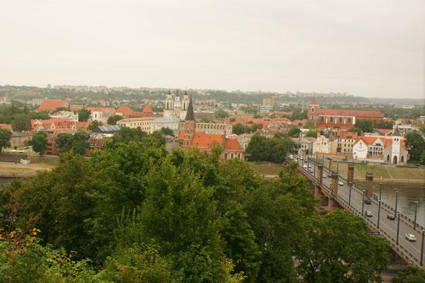 Blick vom Hügel über die Stadt