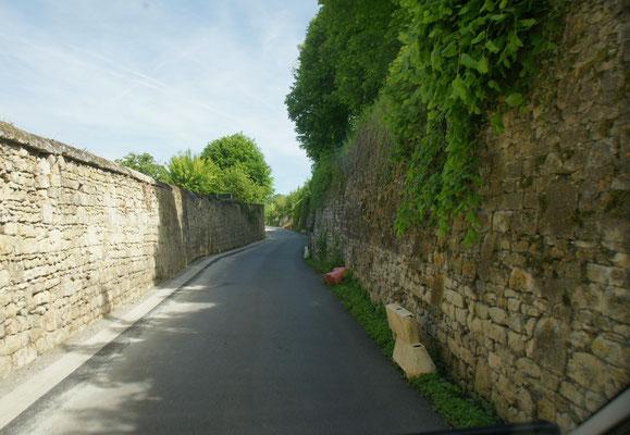 Zum Teil abenteurlich enge Strassen bis Laon