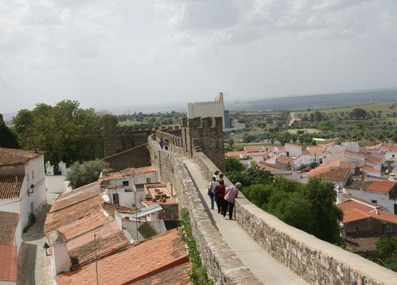 Die  Stadtmauer ist in weiten Teilen begehbar