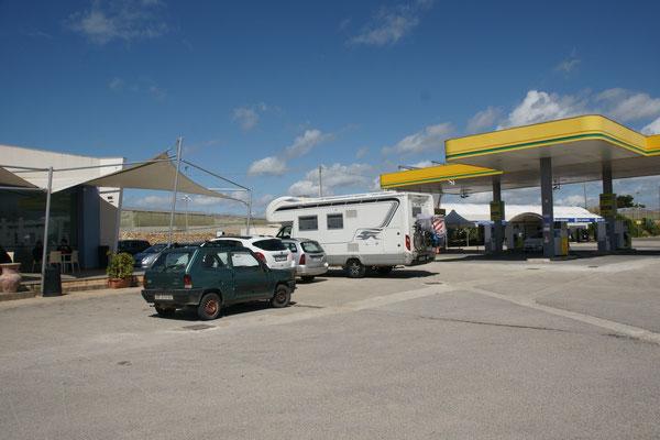 Bei der modernen Tankstelle gibt es.....