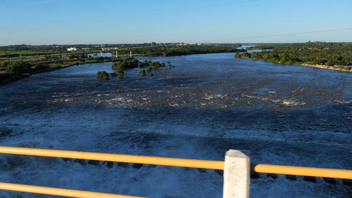 Blick von der Staumauer runter in den rauschenden Fluss