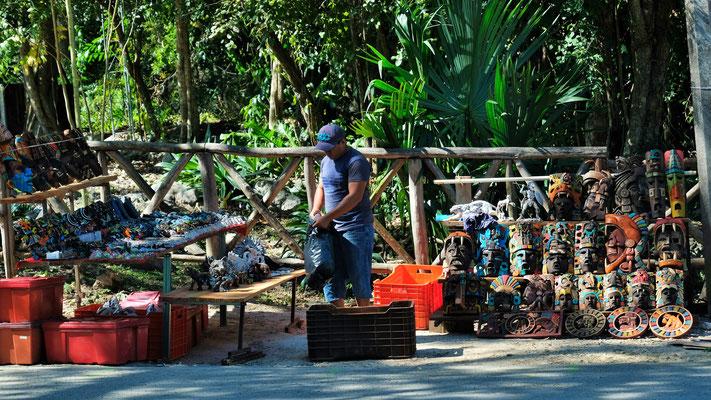 Am Morgen wird vor unserem Womo ein Stand aufgebaut. Ob da wohl viele Touristen kommen?