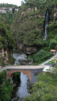 Steile Stiegen und Wege führen runter zum Fluss.