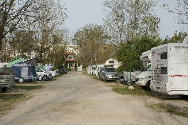 Der Camping in Matril ist am Abend übervoll.