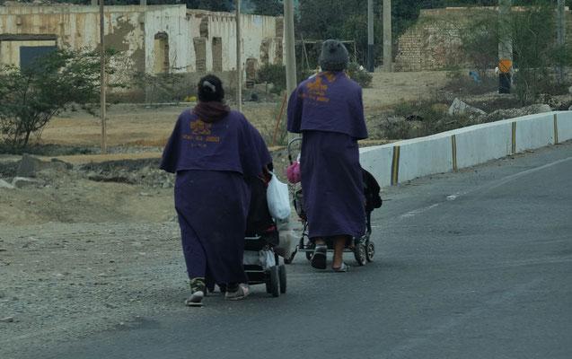 Solche bettelnden Pilger, laufen zu hauf entlang der Autobahn