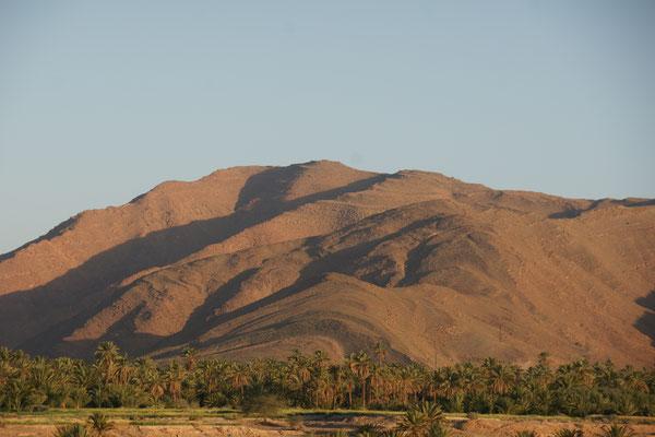Die kahlen Berge bei Tata