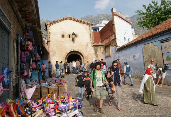 Hier ist eines der Tore in die Medina von Chefchouan
